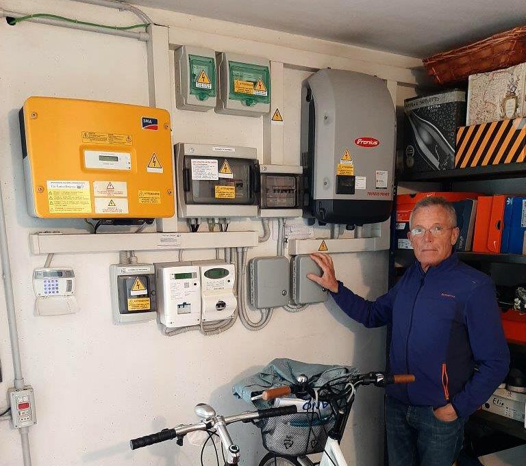 Adelio Spreafico di fianco all'impianto fotovoltaico con inverter Fronius