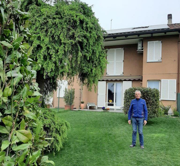 Adelio Spreafico nel giardino di casa sua a Barzago (LC)