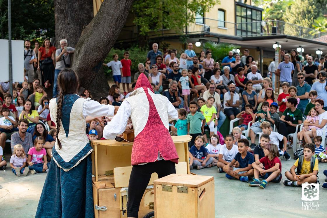 Giocolieri intrattengono un folto pubblico all'ultima edizione della Fiera Isola che c'è