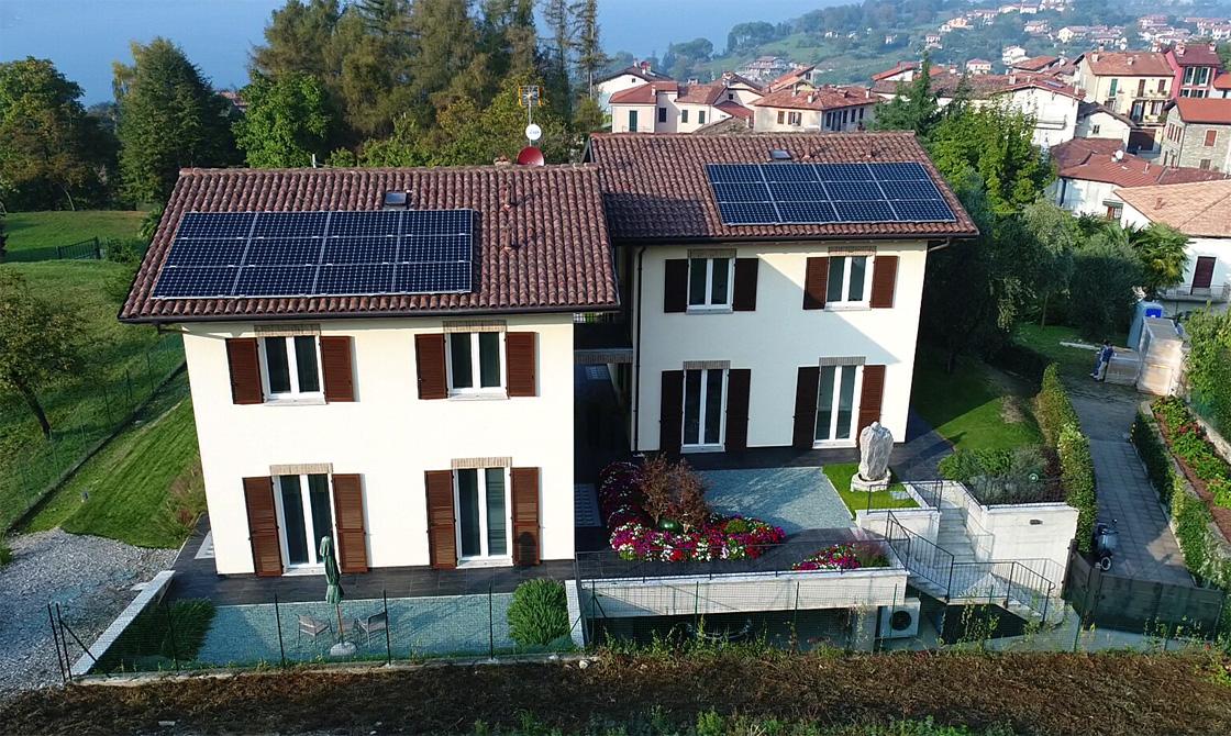 Pannelli solari di un impianto fotovoltaico sul tetto di due villette