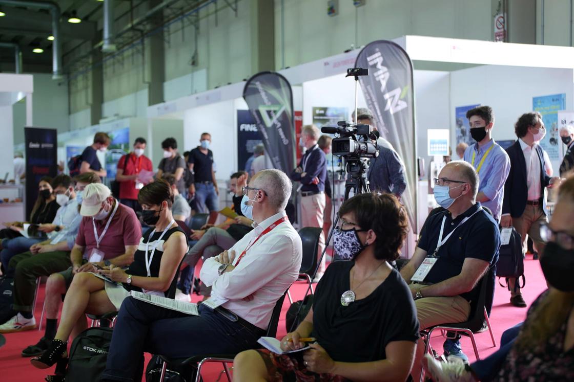 Pubblico assiste a un seminario alla fiera ZeroEmission 2021